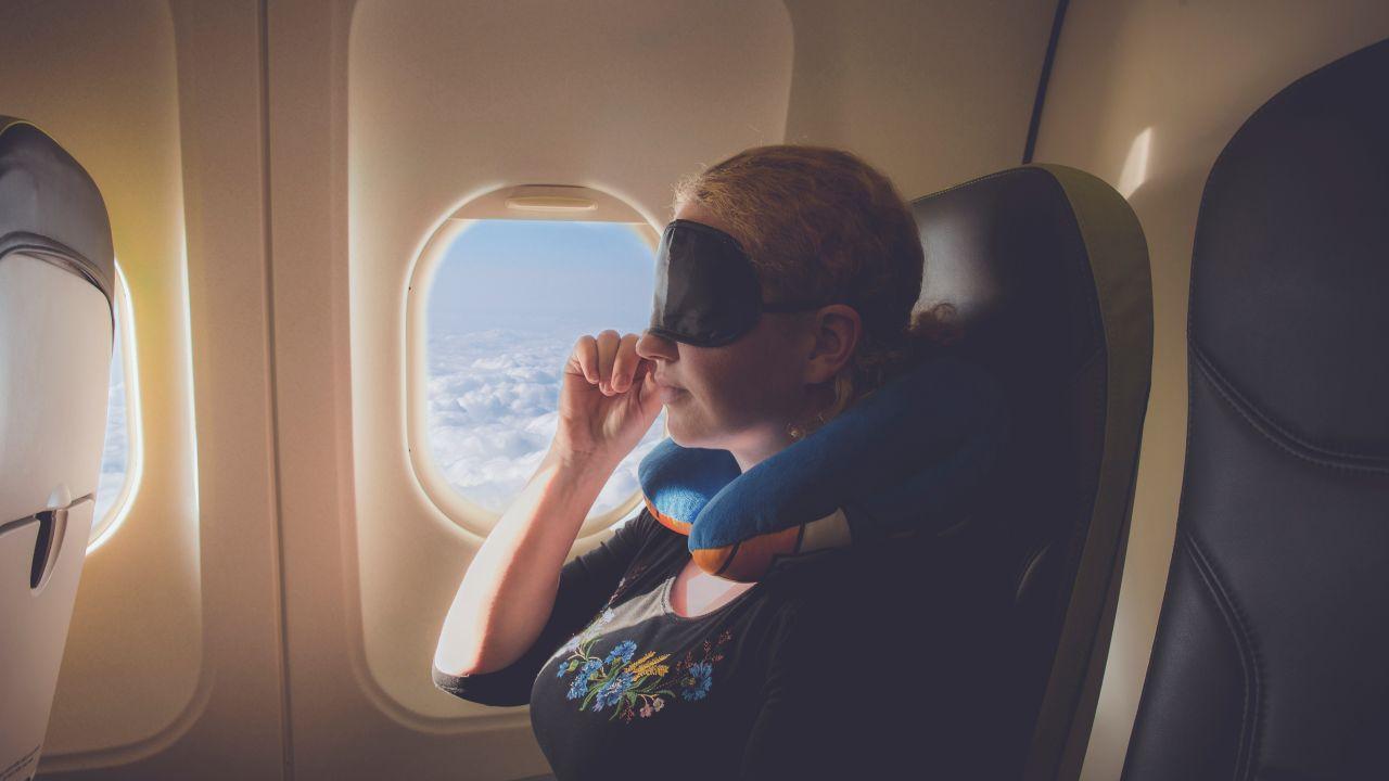 Spanie w samolocie. Jak wyspać się w podróży?