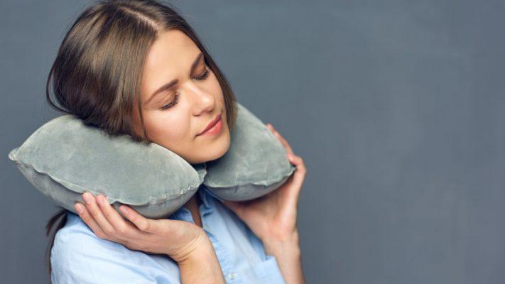 poduszka podróżna, poduszka do samolotu, poduszka rogal, komfort snu, spanie w samolocie